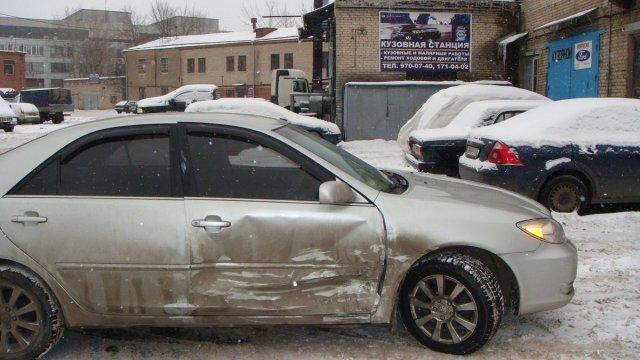 Кузовной ремонт Toyota Camry. Вмятина правой двери.